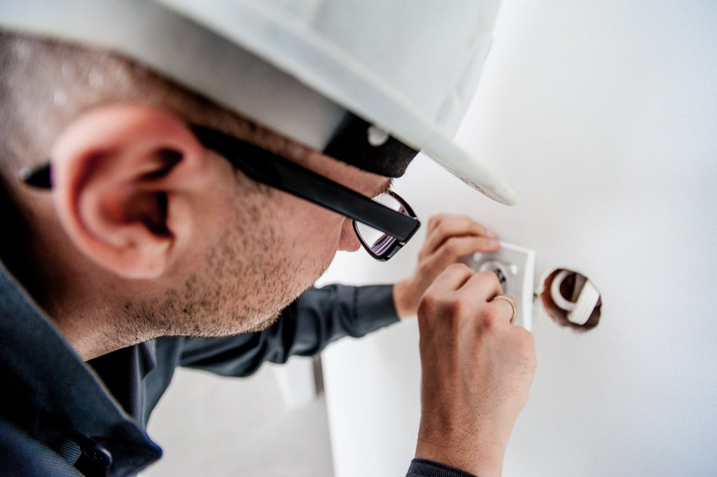 électricien qui travail : création de site web pour artisan